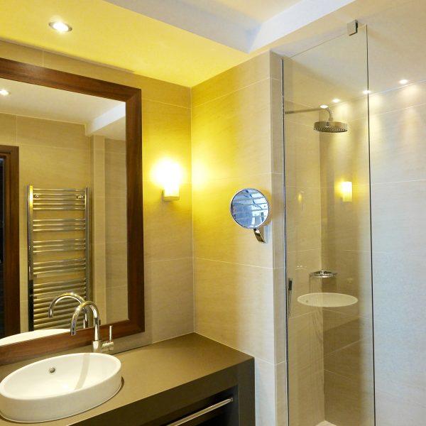 Salle de bain avec douche Sanifaust